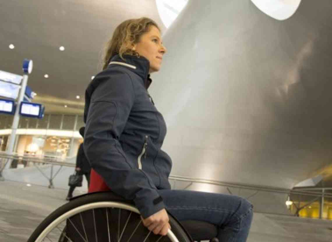 O4 Wheelchair Laura de Vaan Olympichopper an der Bahnhof