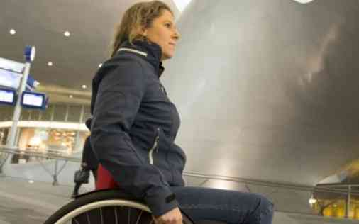 O4 Wheelchair Laura de Vaan Olympichopper an der Bahnhof