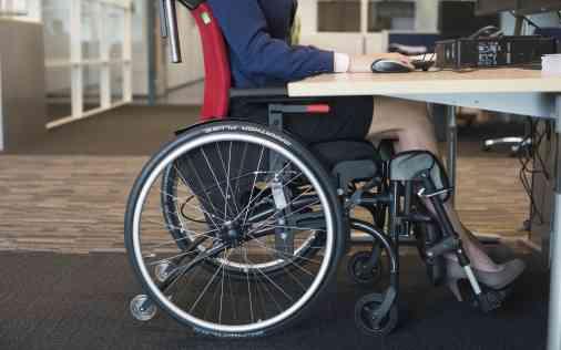Fühlen Sie sich durch Ihren Rollstuhl bei der Arbeit beschränkt? Dann beantragen Sie einen ergodynamischen Rollstuhl!
